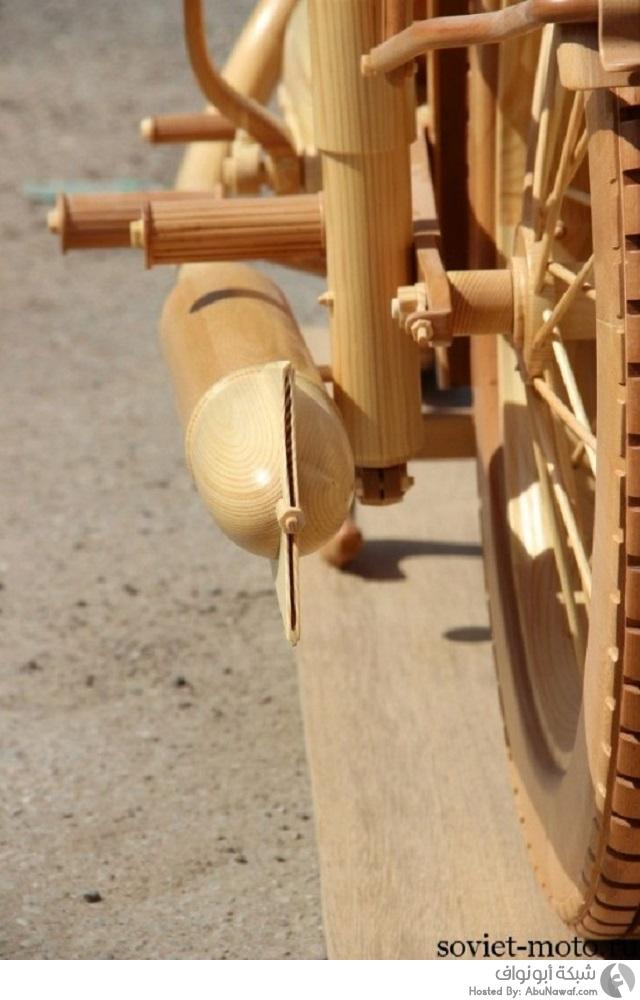 نحت دراجة سوفيتية قديمة بالكامل من الخشب 7