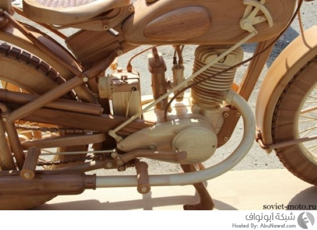 نحت دراجة سوفيتية قديمة بالكامل من الخشب  12