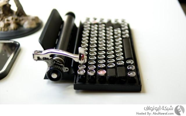 لوحة مفاتيح تشبه طبيعة عمل آلة الكتابة القديمة