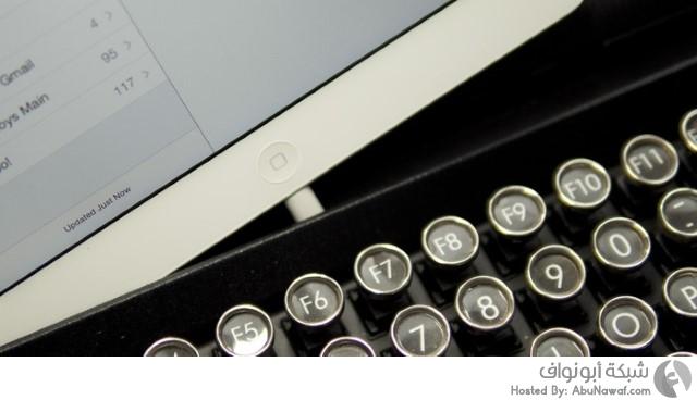لوحة مفاتيح تشبه طبيعة عمل آلة الكتابة القديمة 1