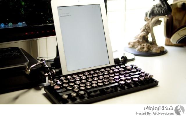 لوحة مفاتيح تشبه طبيعة عمل آلة الكتابة القديمة 2