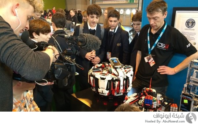 روبوت يحل مكعب روبيك