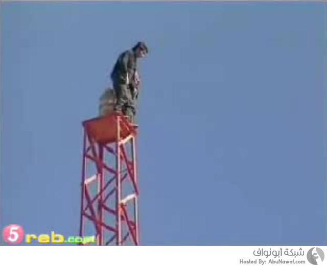 رجل مختل عقليا يحاول الإنتحار