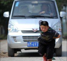 طفل يسحب سيارة