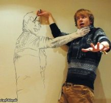 فنان يدمج صورته مع رسماته