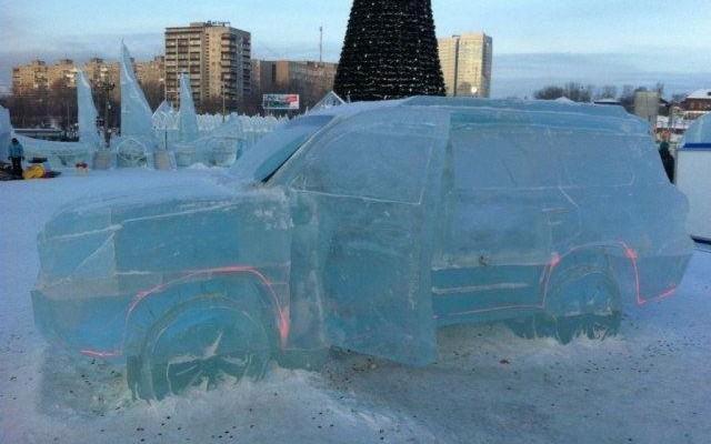 صور : لاند كروزر منحوته بالكامل من الجليد