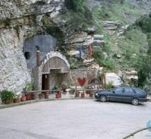 مخبئ في ألبانيا