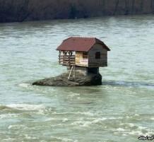 منزل في وسط نهر