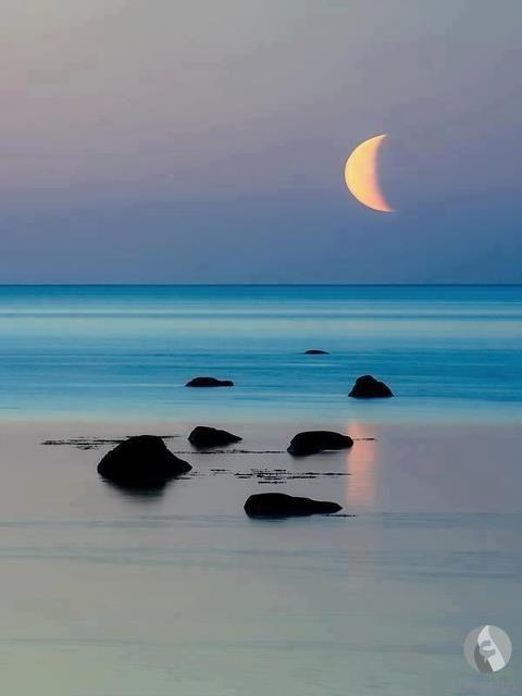قمر فوق البحر