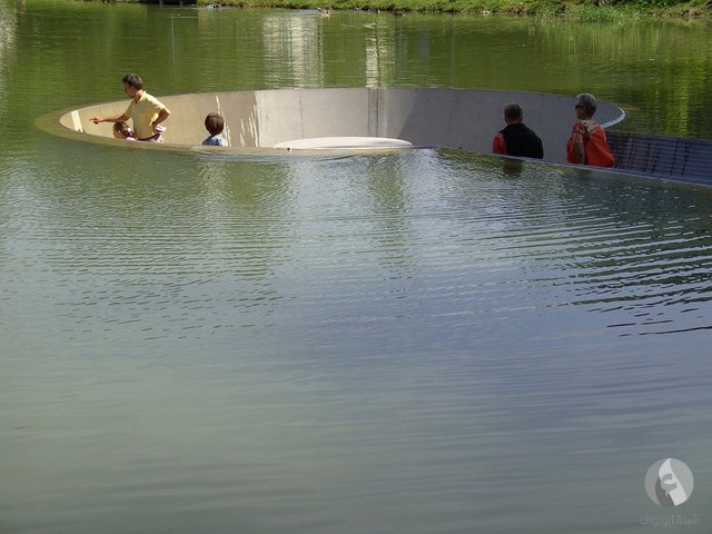 ممر داخل النهر