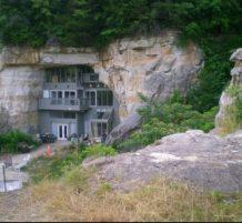 منزل تحت الصخور