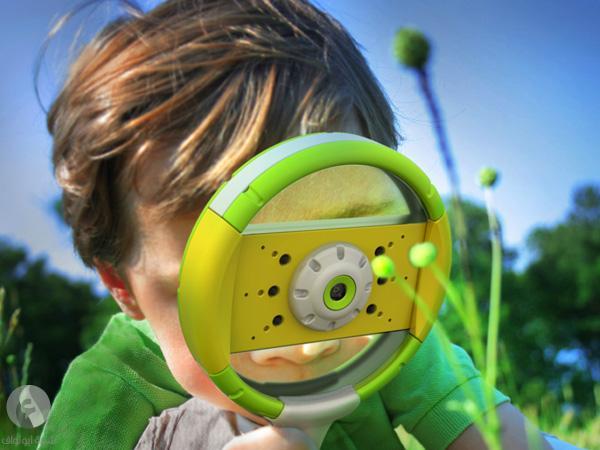 طفل يستخدم الهاتف الذكي