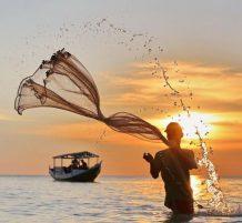 صياد يلقى شبكة الصيد