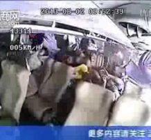 اصطدام عنيف بين شاحنة وباص