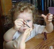 طفلة تتزين