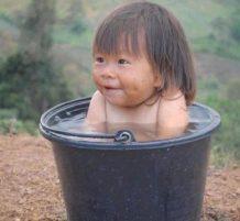 طفلة في حوض سباحة