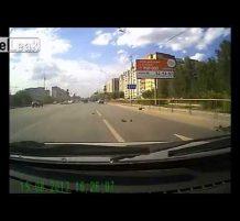 سائقي دراجة يطيرون من قوة اصطدام السيارة