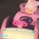 طفلة تلعب بسيارته و هي نائمة