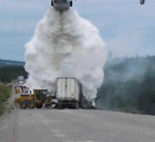 طائرة تطفئ شاحنة مشتعلة على الطريق السريع