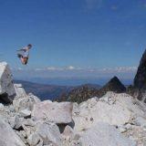 قفزة فوق الصخور