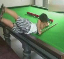 طفل بارع في لعبة السنوكر