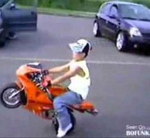 طفل محترف في قيادة الدراجة النارية