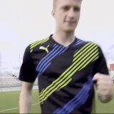 لاعب كرة قدم يستعرض مهاراته