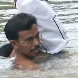 معلم هندي يذهب يوميا إلى المدرسة سباحة