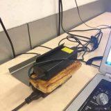 تسخين الخبز باستخدام شاحن اللابتوب