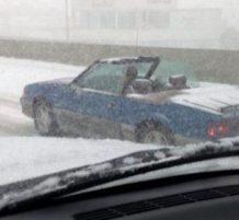 سيارة كشف والثلج نازل