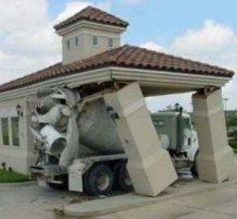 شاحنة تحطم مبنى صغير