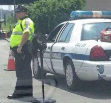 شرطي معه مروحة