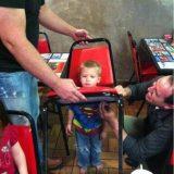 طفل عالق في كرسي
