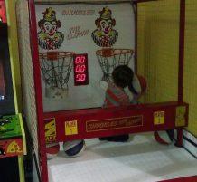 طفل في مدينة الألعاب