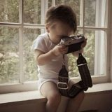 طفل يمسك الكاميرا بالمقلوب