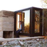 منزل بسرير واحد وسط الصحراء