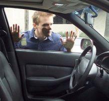 نسي المفتاح في السيارة