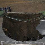 حفرة كبيرة بعد إنفجار أنبوب ماء