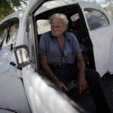 رجل مسنّ يعيش في سيارة