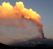 سحابة دخان بعد اندلاع بركان