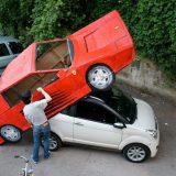 شخص يحول سيارته إلى فيراري