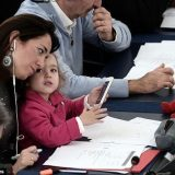 طفلة مع والدتها في البرلمان