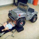 طفل وسيارته