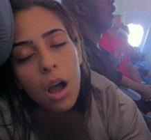 مسافرون بالطائرة نائمون