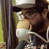 أداة مبتكرة لأكل الهمبرجر