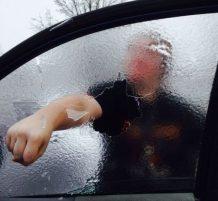 ثلوج على زجاج السيارة