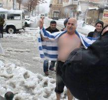 رجل من فلسطين يسبح بالماء في الثلج