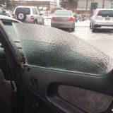 زجاج سيارة من الثلج