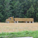 شاحنة من العشب الجاف