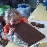 طفلة تأكل شوكولاتة